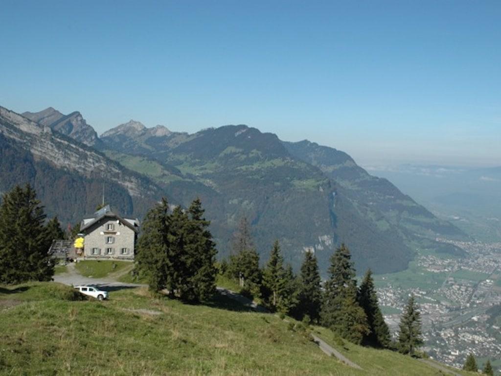 Berggasthaus Naturfreundehaus Fronalp im Sommer - Blick auf Glarus Nord